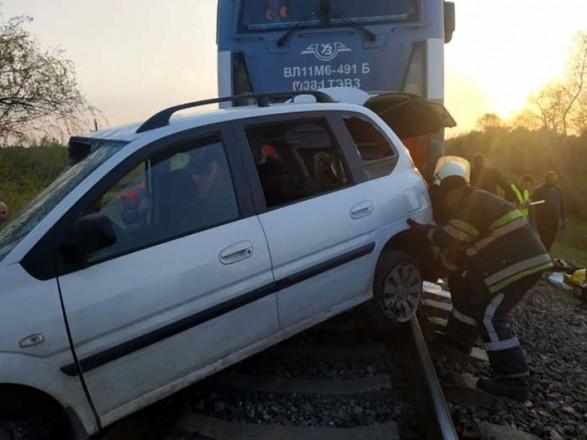 На Дніпропетровщині вантажний потяг зіткнувся з автівкою, пасажири загинули