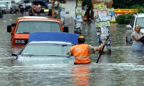 Нереальна картина: Київ просто поплив від зливи, затоплені метро, а машини буквально пливуть. Відео