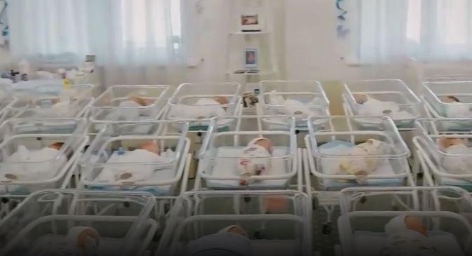 У столичному готелі утримують 46 немовлят від сурогатних матерів, яких не можуть віддати іноземцям через карантин (відео)