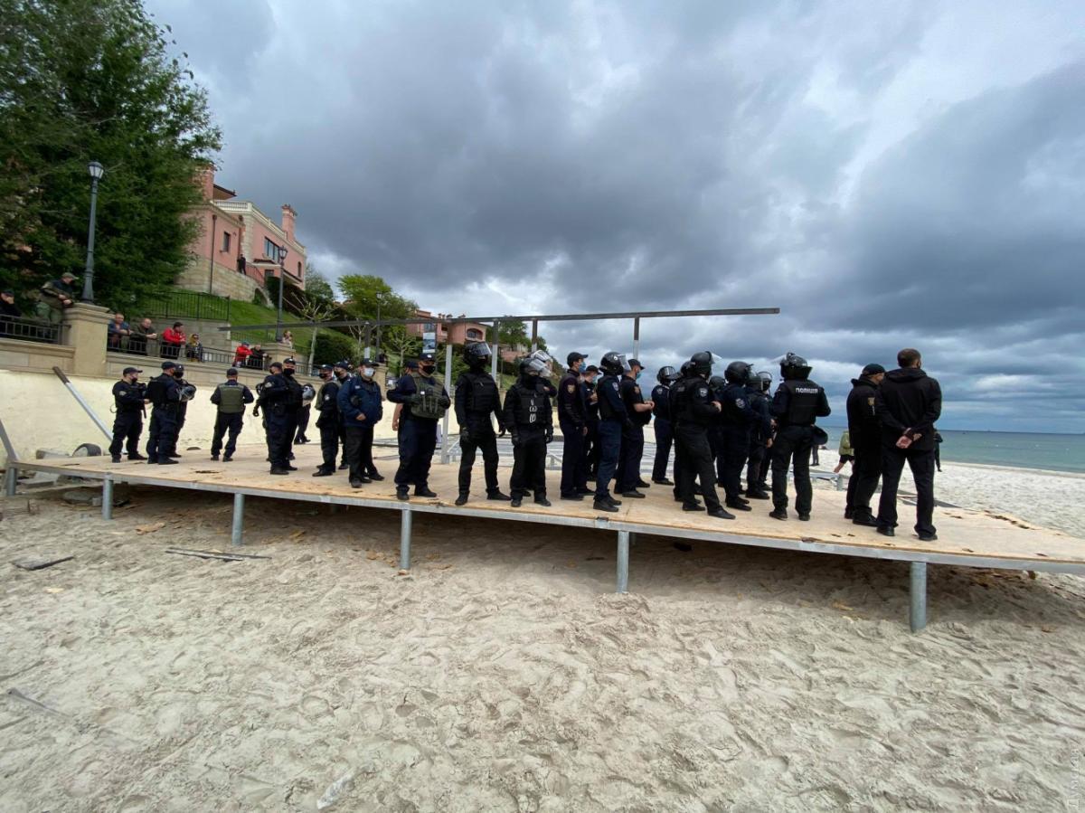 В Одесі сталися сутички між правоохоронцями та активістами через забудову на пляжі (фото)