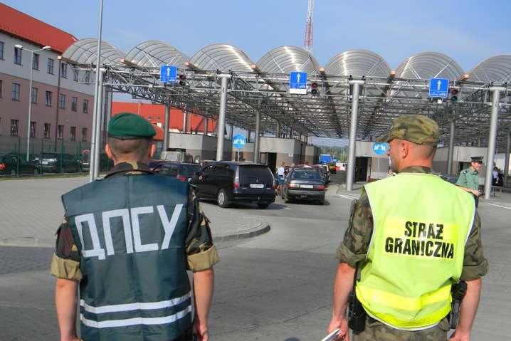 Відкриття пунктів пропуску з країнами ЄС: не всіх українців випускатимуть за кордон
