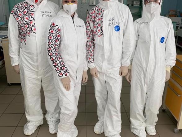 Медики львівської лікарні зробили із захисних костюмів вишиванки