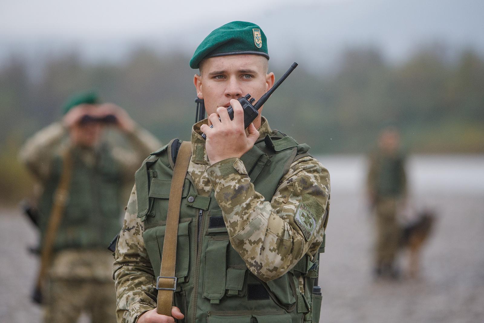 На Львівщині водій намагався наїхати на прикордонників: вони застосували зброю (фото)