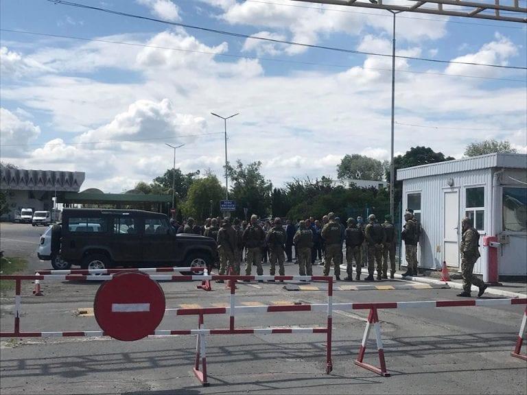 35 годин в черзі: На українсько-угорському кордоні сотні автобусів з бажаючими заїхати до України