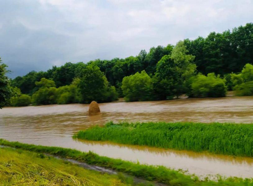 На Коломийщині потічок затопив дорогу та будинки (ФОТО/ВІДЕО)