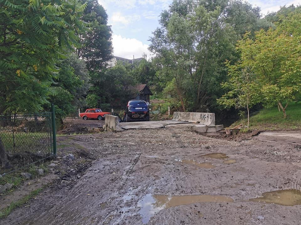Жодних знаків: на Франківщині автомобіль з'їхав зі зруйнованого мосту