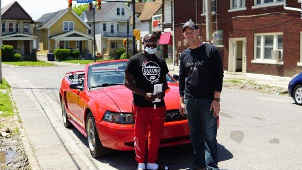 У США підліток отримав стипендію в коледжі та Mustang за прибирання вулиць після протестів