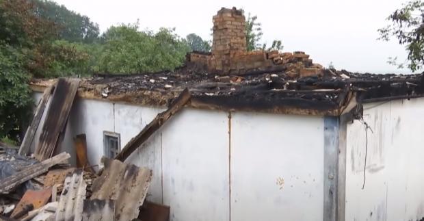 На Житомирщині блискавка спалила будинок і пройшла через тіло матері 9 дітей.