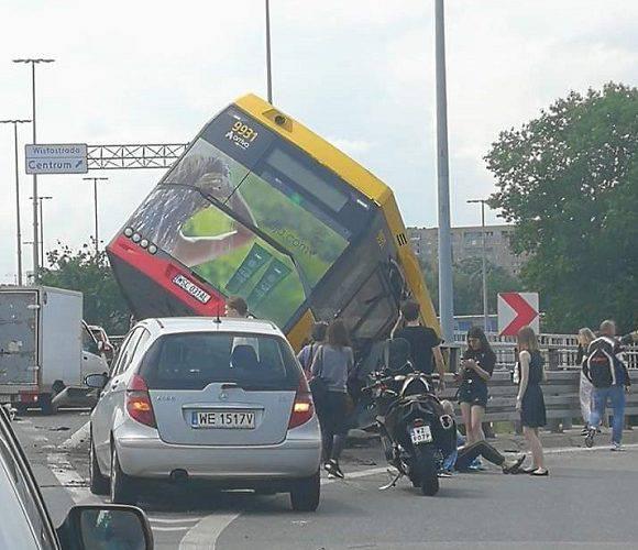 Страшна аварія у Варшаві: автобус впав з мосту, 20 людей поранено, 1 особа загинула [+ФОТО]