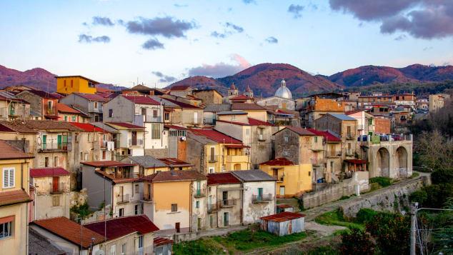 До моря близько і коронавірусу немає: в Італії почали продавати будинки за один євро