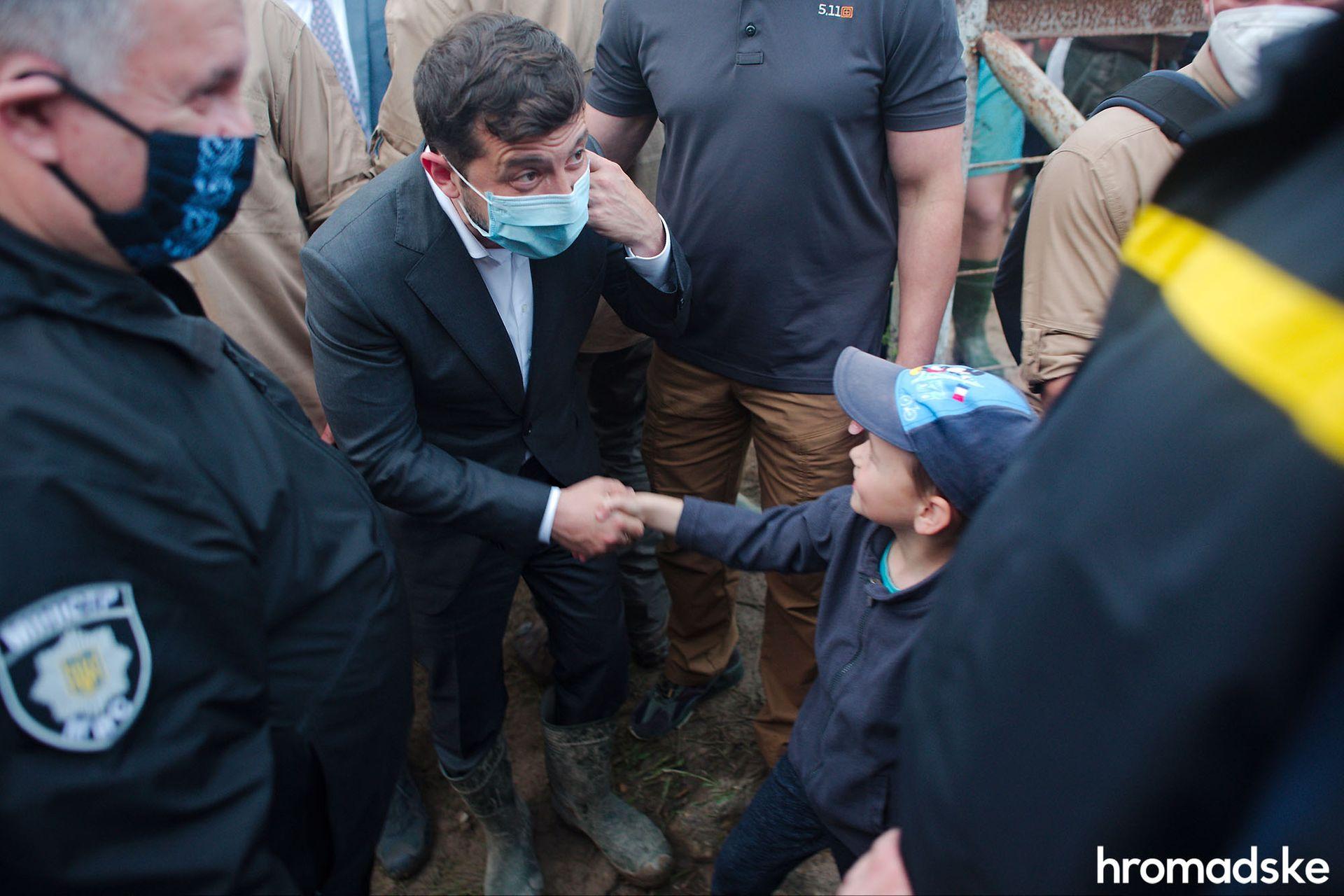 Чоботи президенту: на Прикарпатті селянин подарував зеленському гумові чоботи. ФОТО