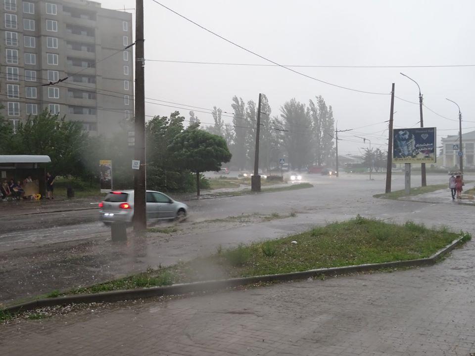 """Залило дощем та засипало сильним градом: одне з українських міст """"накрила"""" потужна негода (фото)"""