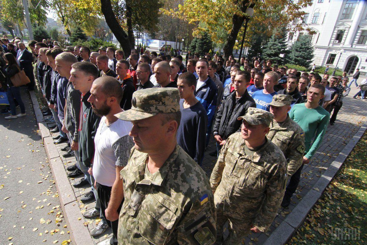 Не встиг вступити до вишу – служи: випускників шкіл забирають до армії, попри обіцянки уряду