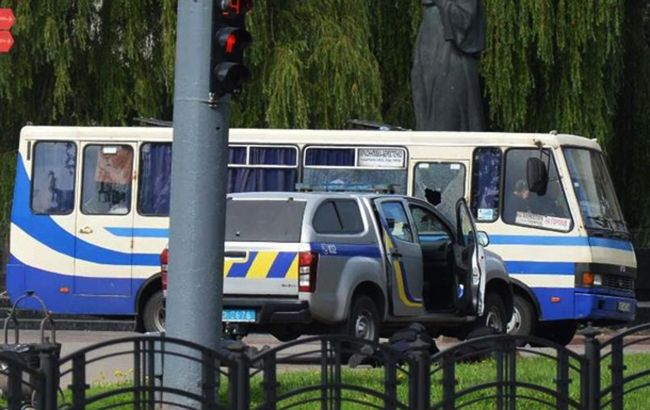 Терорист вже 6 годин утримує заручників у Луцьку: ситуація на даний момент