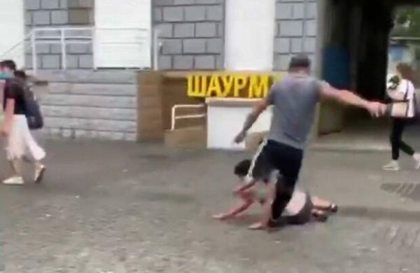 Чоловік на площі жорстоко бив ногами жінку. Мер оголосив винагороду за інформацію про нападника (ФОТО/ВІДЕО)