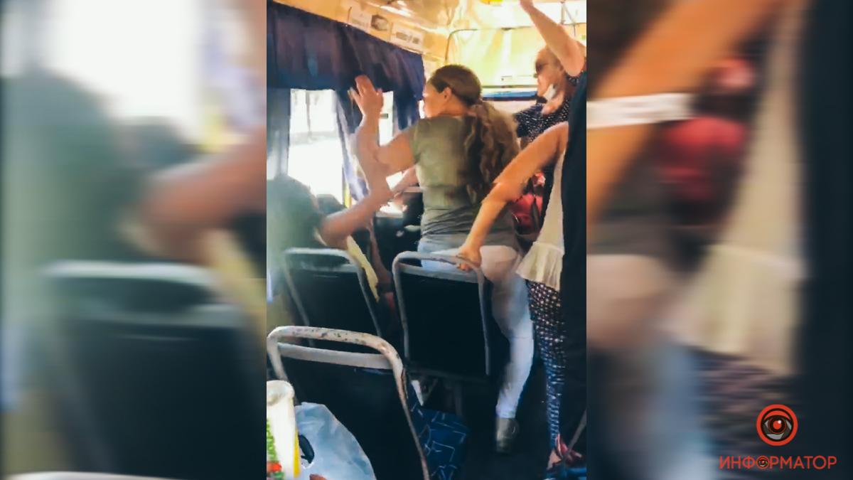 У Дніпрі жорстоко побили пасажирку маршрутки, яка вимагала не займати поруч з нею місце