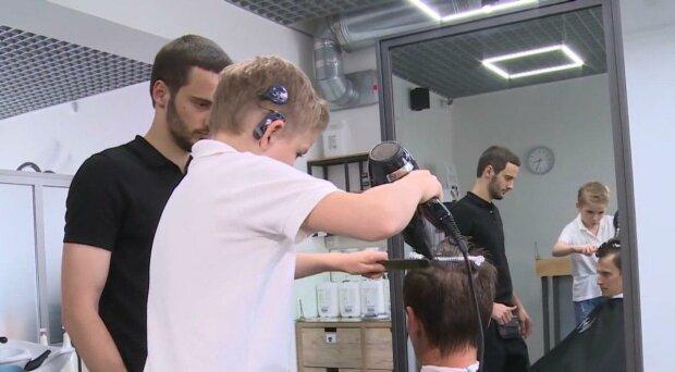 Юний франківчанин без слуху відбирає роботу у професійних перукарів — володіє ножицями як бог