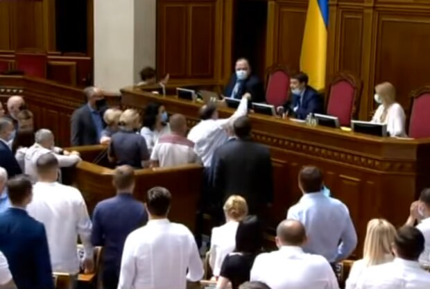 Партія Порошенка ламала меблі в Раді, щоб не допустити до українських вишів дітей з Донбасу