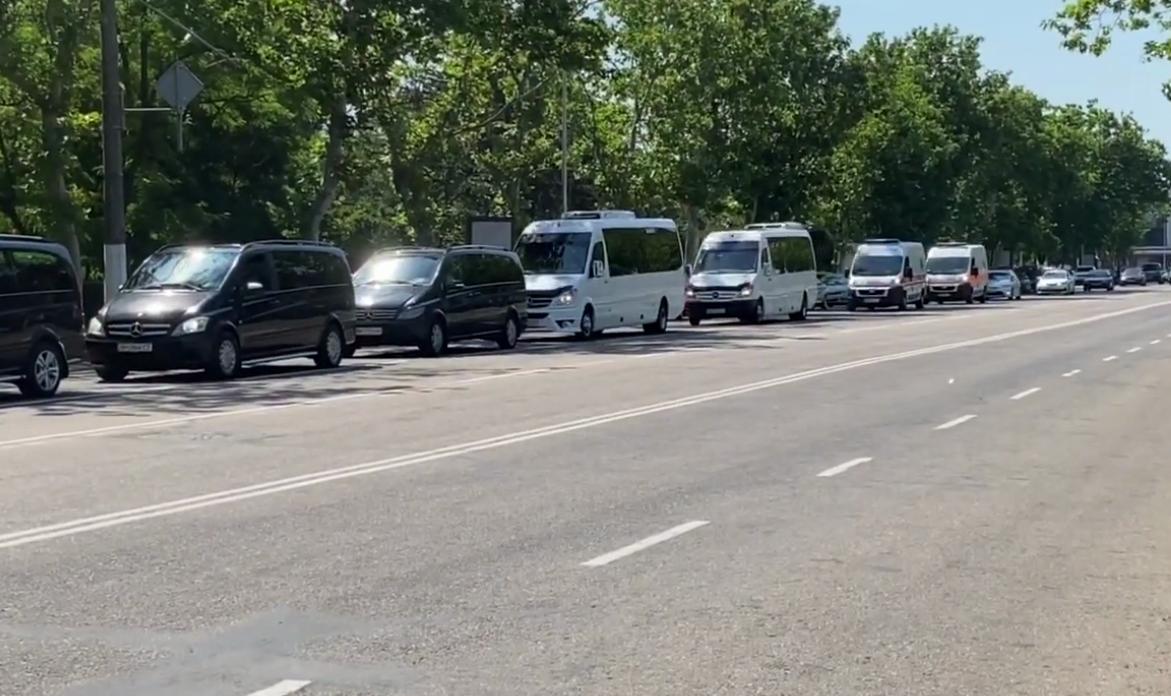 Величезний кортеж Зеленського в Одесі потрапив на відео