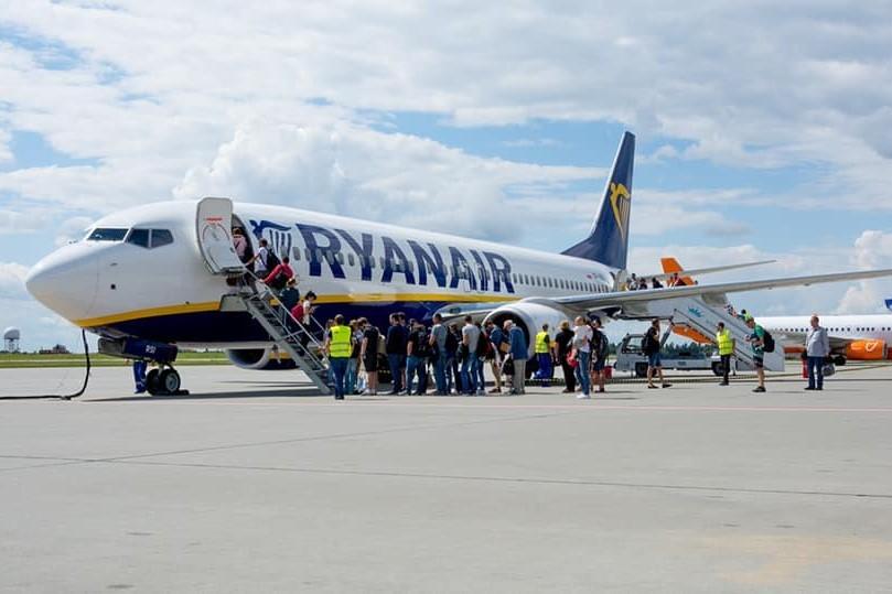 У Польщі вимагають скасувати карантин для українців, які прибувають літаком