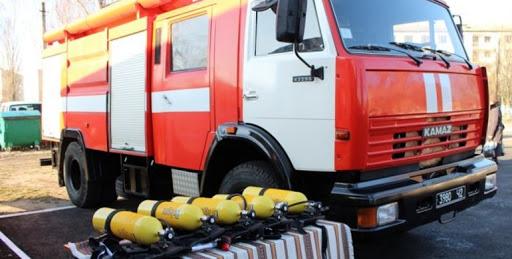 У Росії натовп п'яних чоловіків почав бійку з пожежними, які прибули на виклик: відео