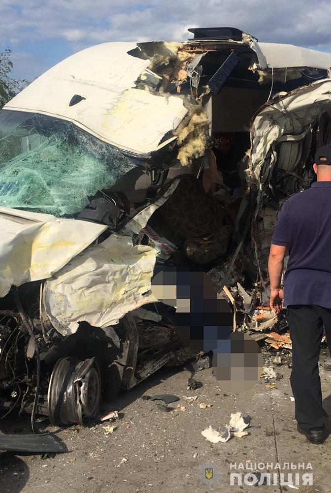 Крики, розірвані трупи: на трасі вантажівка влетіла у автобус, багато загиблих, перші деталі та фото