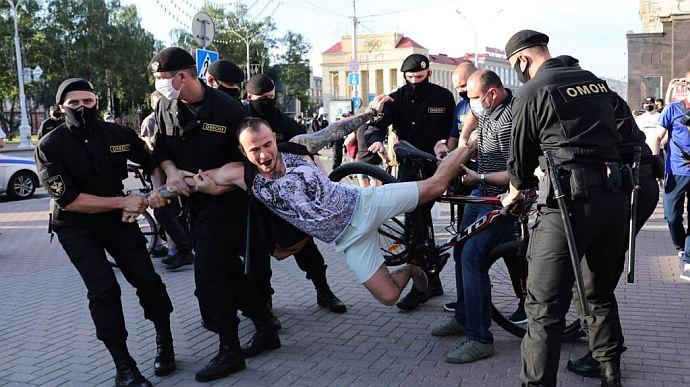 З розривом печінки і синцями на все тіло: побитих у Білорусі протестувальників показали на фото. 18+