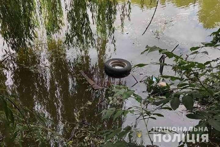 На Черкащині автівка з'їхала в ставок: водій загинув
