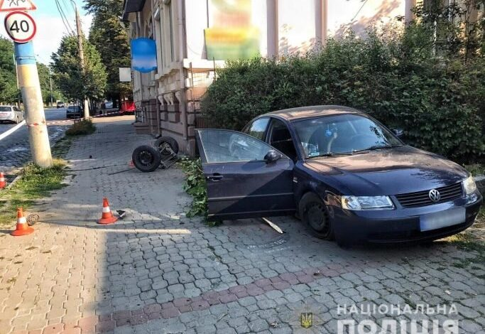 У Чернівцях автівка влетіла у зупинку, жінці відірвало гомілку. Відео