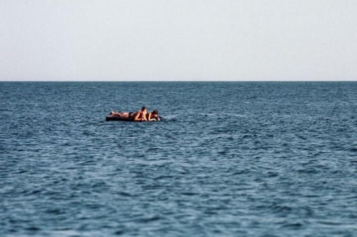 На українському курорті двох жінок з дитиною віднесло в море
