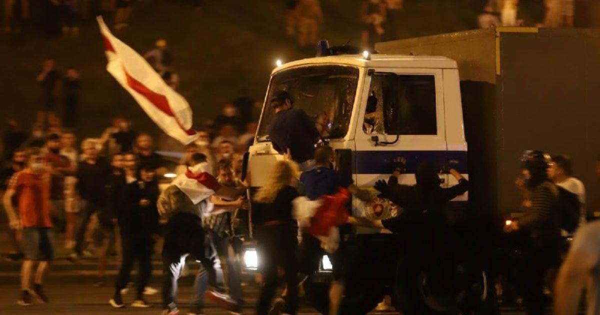 Без свідомості бився в конвульсіях: білорус розповів, як автозак таранив мітингувальників в Мінську