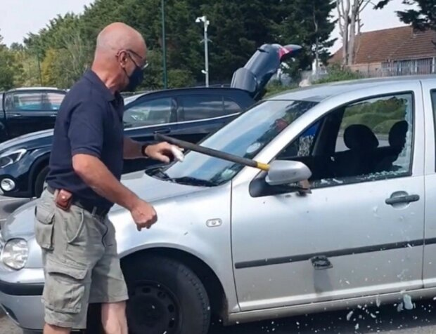 Рятував пса сокирою: чоловік розбив чужу машину заради чотирилапого