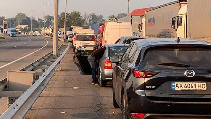 Сотні машин застрягли в чергах на кордоні з Угорщиною та Румунією: з чим це пов'язано