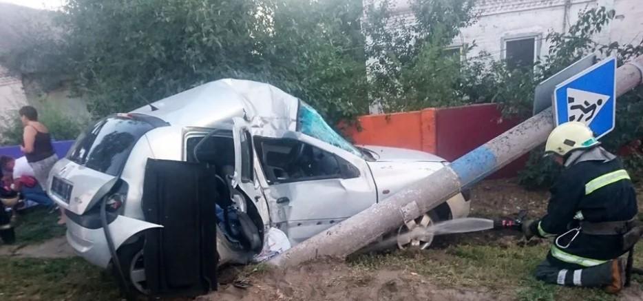 Все потрощено, залито кров'ю: авто з дітьми потрапило в страшну аварію на трасі, є жертви (фото)