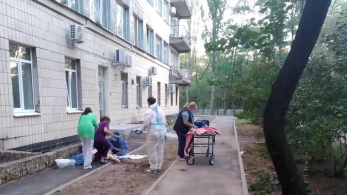 У столичній лікарні, де лікують COVID, двоє чоловіків наклали на себе руки