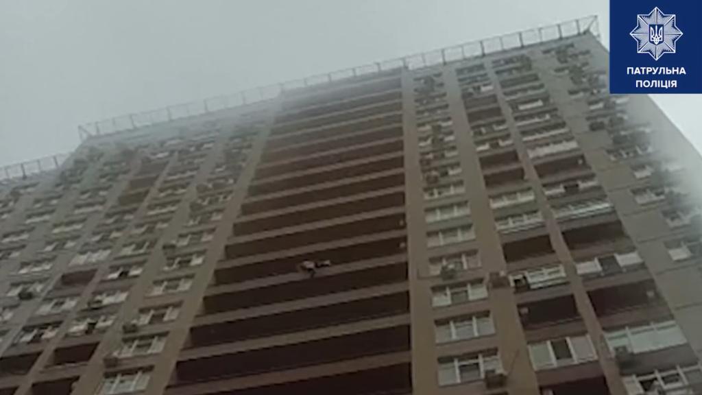 У Києві на льоту спіймали жінку, яка стрибнула з 15 поверху: відео моторошного інциденту