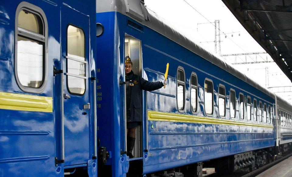 Хотів на ходу застрибнути у поїзд: у Києві чоловік мало не вбив себе (відео 18+)