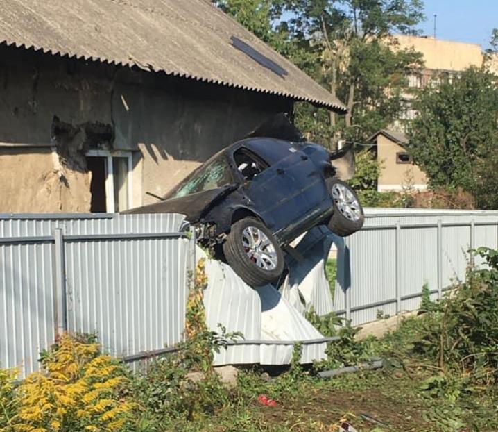 За кермом BMW, яка знесла світлофор та паркан, був поліцейський: подробиці ДТП