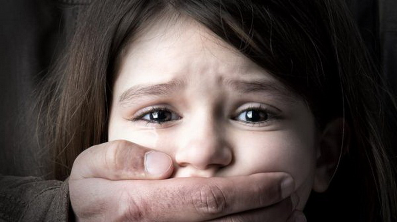 У центрі Миколаєва батьки побили педофіла, який чіплявся до їхньої дитини: відео