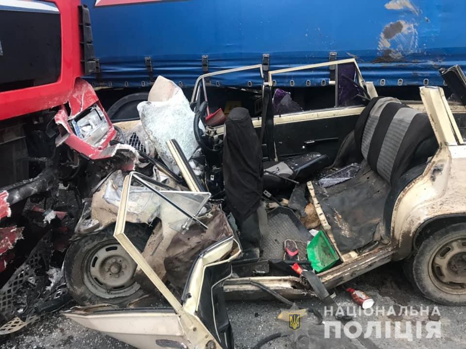 Авто затисло між фурами, тіла пороздирало: у страшній аварії на трасі загинули четверо людей (фото, відео)