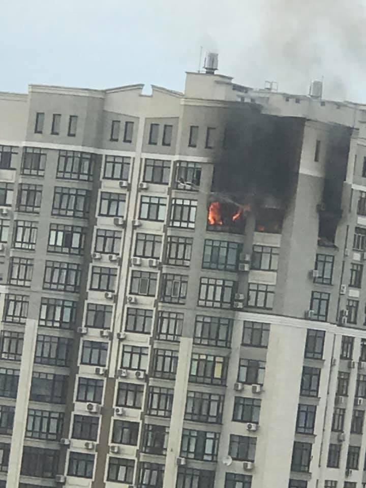 У Києві серйозна пожежа в багатоповерхівці: жінка рятується стоячи на кондиціонері на 24-му поверсі, відео