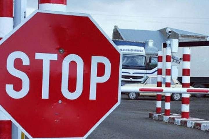 Прем'єр Чехії: мігрантів треба зупиняти на кордонах ЄС і повертати додому