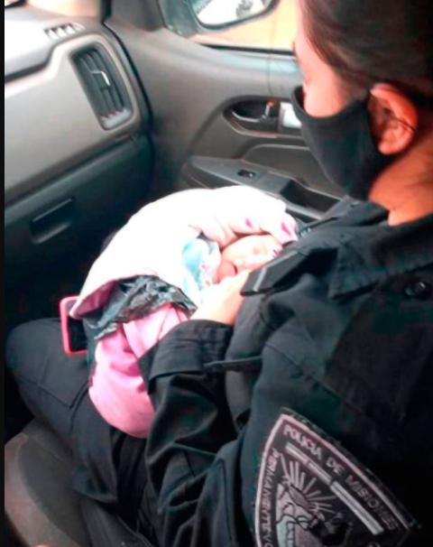 Поліцейські знайшли маля на вулиці, яке плакало – в його спину був встромлений ніж