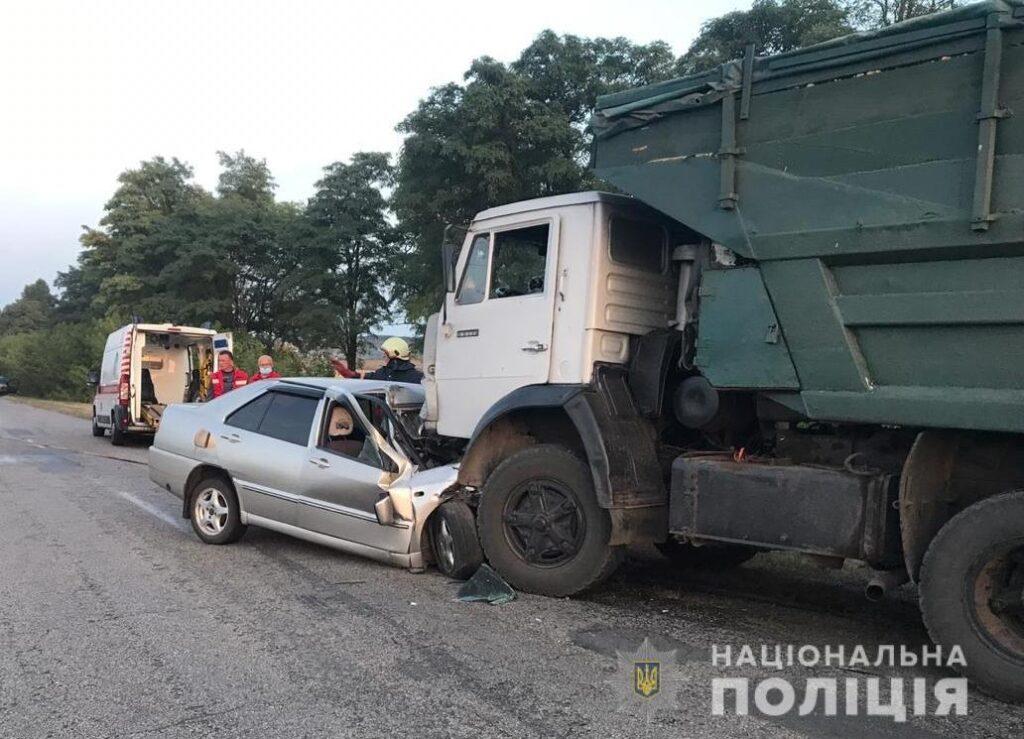 На Київщині вантажівка наїхала на легковик, загинули жінка і її неповнолітня дочка