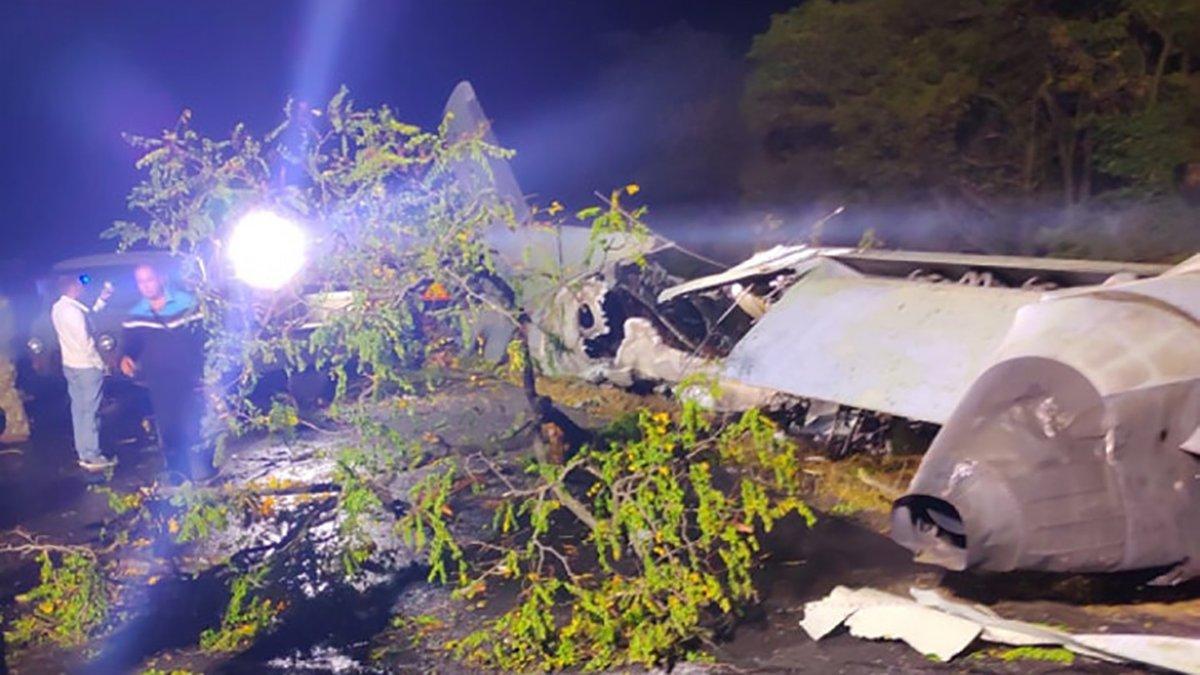 Море сліз – не можуть повірити: рідні загиблих приїхали на місце катастрофи Ан-26 (фото, відео)