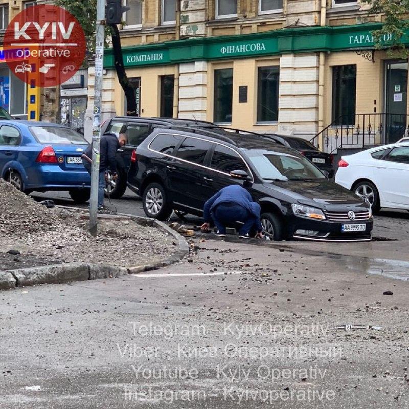 Пішов під асфальт: в Києві на розмитій дощем дорозі постраждав автомобіль, фото