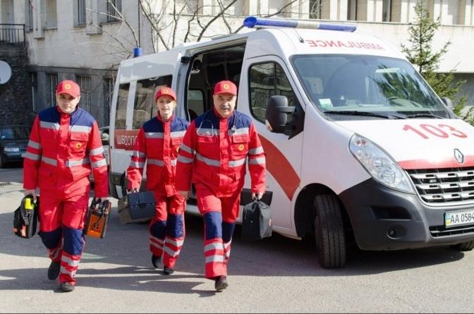 Експерт розповів, яку зарплату мали би отримувати українські лікарі, які протистоять коронавірусу