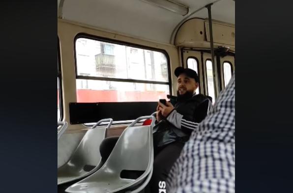 У Києві пасажир затримав рух трамваю, влаштувавши скандал через маску: інцидент потрапив на відео