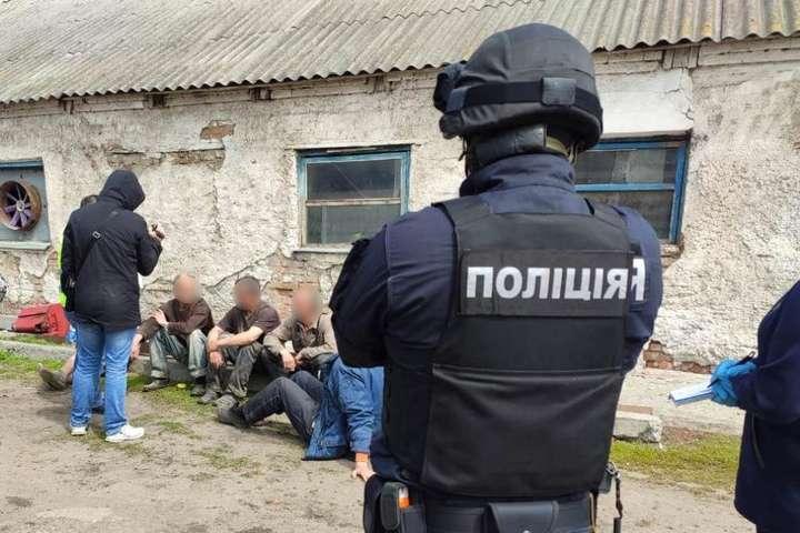 На Харківщині сім'я фермерів тримала в рабстві дев'ять чоловік