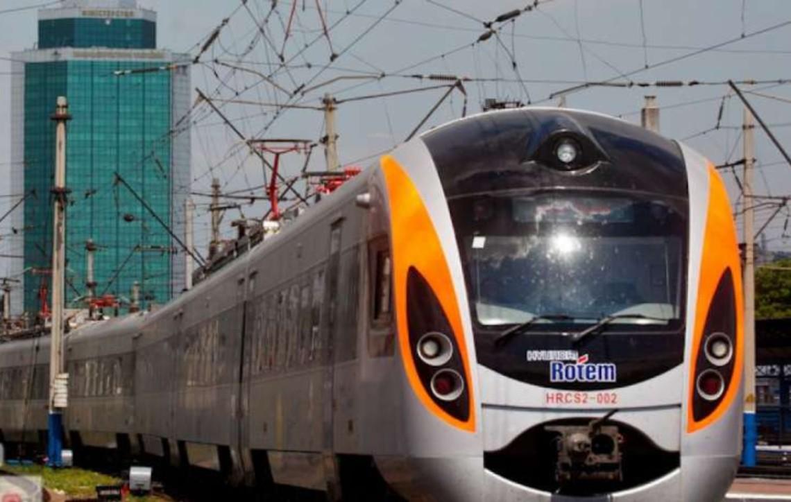 Поїзд розчавив авто під Полтавою: останні секунди життя водія потрапили на відео